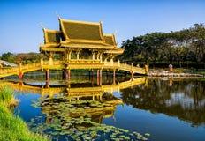 Ponte e padiglione dorati del chiarito Parco della città antica, Tailandia Immagine Stock Libera da Diritti