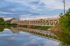 Ponte e paesaggio del fiume. Fotografie Stock Libere da Diritti