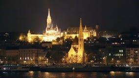 Ponte e palazzo reale accesi di Szechenyi sul metraggio di Budapest della collina di Buda - ponte a catena situato nella capitale archivi video