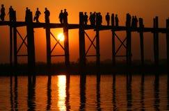 Ponte e povos de U Bein no por do sol Foto de Stock