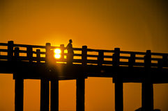 Ponte e povos de U Bein no por do sol Foto de Stock Royalty Free