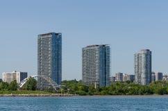 Ponte e prédios de apartamentos arqueados Foto de Stock Royalty Free
