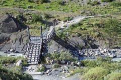 Ponte e rio ao longo da fuga ao Torres del Paine no parque nacional de Torres del Paine, Patagonia chileno, o Chile fotografia de stock
