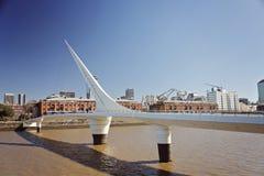 Ponte e scyscrapers a Buenos Aires su un cielo nuvoloso Immagini Stock