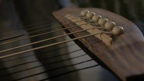 Ponte e sella di una chitarra acustica video d archivio