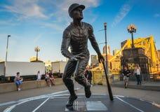 Ponte e statua di Roberto Clemente - Pittsburgh, PA fotografia stock