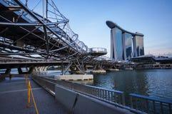 Ponte e strada a Marina Bay Sands Hotel Immagine Stock