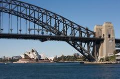 Ponte e teatro da ópera de porto de Sydney imagens de stock