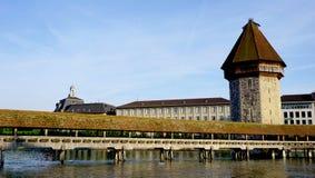 Ponte e torre di legno storici della cappella in Lucerna fotografie stock
