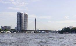 Ponte e torre gêmea da vista perto de Chao Phraya River Imagem de Stock