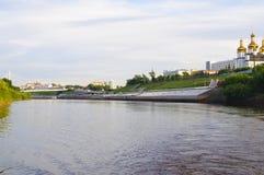 A ponte e a Tura River Embankment de suspensão em Tyumen, Russi imagem de stock royalty free