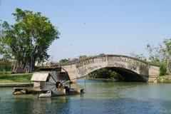 Ponte ed albero giranti dell'acqua della turbina Immagini Stock Libere da Diritti