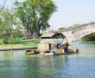 Ponte ed albero giranti dell'acqua della turbina Fotografia Stock