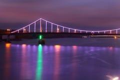 Ponte em Kiev na noite, iluminada com luzes coloridas Fotografia de Stock Royalty Free