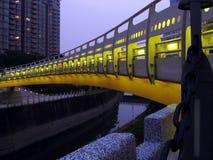 Ponte em Noite Sobre um canal imagens de stock royalty free