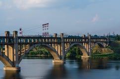 Ponte em vários níveis da estrada e do trilho sobre o rio Foto de Stock