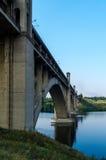 Ponte em vários níveis da estrada e do trilho sobre o rio Imagens de Stock