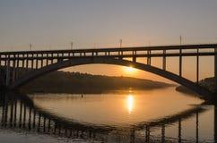 Ponte em vários níveis da estrada e do trilho sobre o rio Fotos de Stock Royalty Free