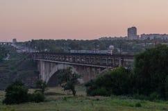 Ponte em vários níveis da estrada e do trilho sobre o rio Imagem de Stock Royalty Free