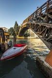 Ponte-enges Tal Accademia - Accademia-Brücke in Venedig, Italien Lizenzfreie Stockbilder