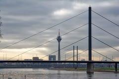 Ponte Europa Trave della città della Germania del paesaggio di Dsseldorf Fernsehturm Fotografia Stock Libera da Diritti