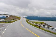 Ponte famosa de Noruega com as montanhas no fundo Estrada bonita sobre o rio na natureza Imagens de Stock
