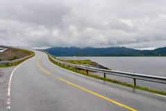 Ponte famosa de Noruega com as montanhas no fundo Estrada bonita sobre o rio na natureza Fotos de Stock