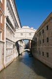 A ponte famosa dos suspiros em Veneza Fotografia de Stock