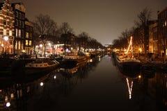 Ponte famosa em Amsterdão Paisagem romântica da noite um bocado do embaçamento e da névoa faz o canal mágico foto de stock royalty free