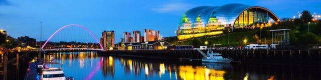 Ponte famoso di millennio alla notte Punti di riferimento illuminati con il fiume Tyne a Newcastle, Regno Unito immagine stock