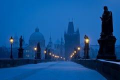 Ponte famoso di Praga Charles vuoto all'ora blu fotografie stock libere da diritti
