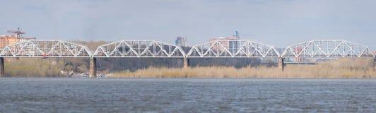 Ponte ferroviario del ferro Immagini Stock