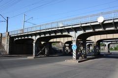 Ponte ferroviario del metallo nella città Immagine Stock