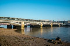 Ponte ferroviario di Blackfriars attraverso il Tamigi a Londra fotografia stock