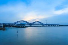Ponte ferroviario di Nanchino il fiume Chang Jiang al crepuscolo Fotografie Stock