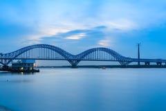 Ponte ferroviario di Nanchino il fiume Chang Jiang al crepuscolo Fotografia Stock