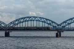 Ponte ferroviario di Rigas con il treno a Jurmala Immagine Stock