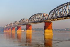 Ponte ferroviario, fiume di Irrawaddy a Mandalay, Myanmar fotografie stock libere da diritti