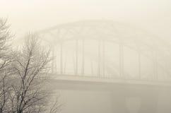 Ponte ferroviario nella nebbia Fotografie Stock Libere da Diritti