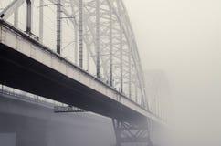 Ponte ferroviario nella nebbia Fotografie Stock