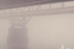 Ponte ferroviario nella nebbia Immagini Stock Libere da Diritti