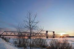 Ponte ferroviario sopra il fiume Dvina nordico nella città di Arcangelo Alba di inverno; Dicembre Fotografie Stock
