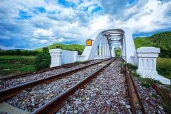 Ponte ferroviario sopra il fiume a nuvoloso Fotografia Stock