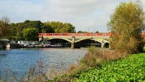 Ponte ferroviario sopra il Tamigi in Richmond London fotografia stock libera da diritti