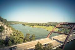 Ponte filtrato di Pennybacker di immagine sopra il paesaggio dell'alpeggio e del fiume Colorado in Austin fotografia stock libera da diritti