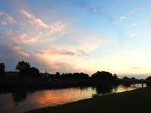 Ponte, fiume e bello cielo nuvoloso, Lituania Immagine Stock Libera da Diritti