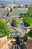 Ponte funicolare e a catena della collina del castello di Budapest a backround, Hu Fotografia Stock Libera da Diritti
