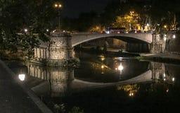 Ponte Garibaldi au-dessus de la rivière du Tibre, scène de nuit, Rome, Italie Photo libre de droits