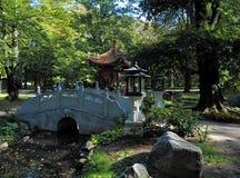Ponte, gazebo ed autunno immagini stock