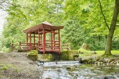 Ponte giapponese con il tetto ed il colore rosso Fotografie Stock Libere da Diritti